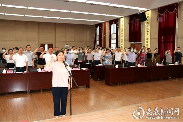 周晓智带领全体党员重温入党誓词