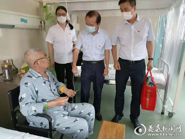 (市国资委党委书记、主任侯迪凡慰问困难党员)