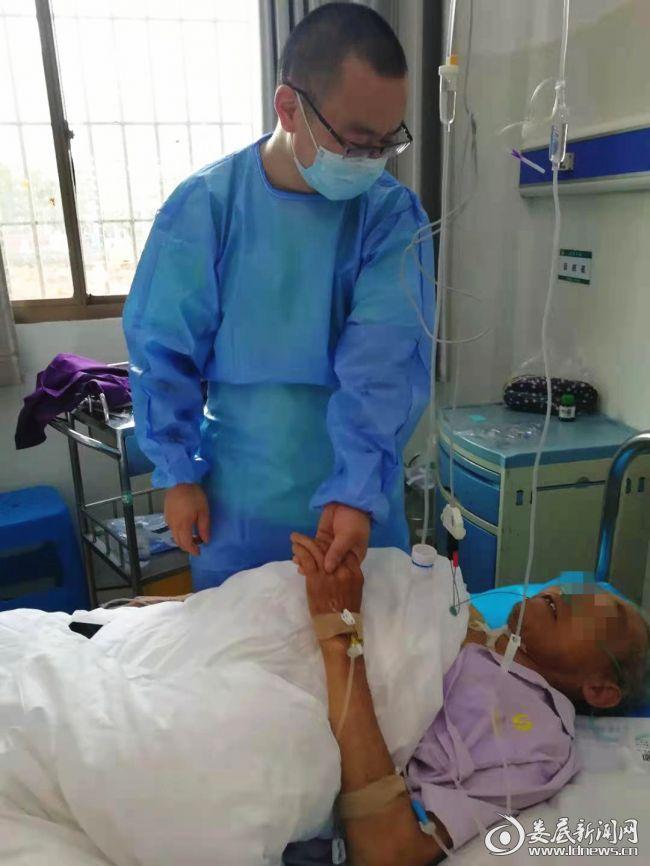 患者和医生握手表示感谢_副本