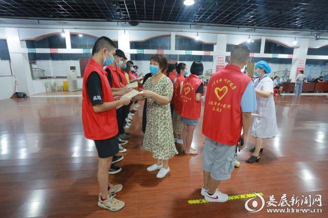 市中心医院工会主席戴芳英为志愿者们颁发证书