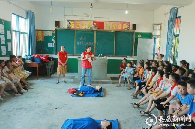 我院志愿者服务队为学校的孩子们进行了心肺复苏急救技能培训