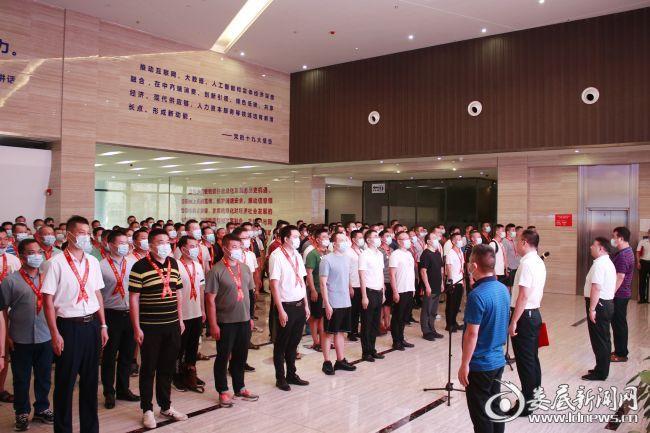 (欢迎仪式在180名退役军人雄壮有力的《团结就是力量》歌声中开始)