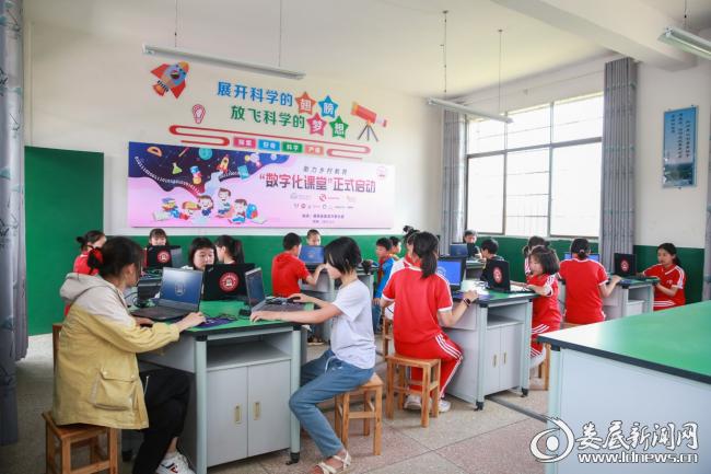 (大桥小学的电教室里,孩子们正用心学习着电脑编程)