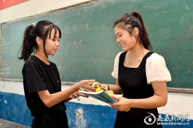 学生王维维给肖莉送上节日的祝福
