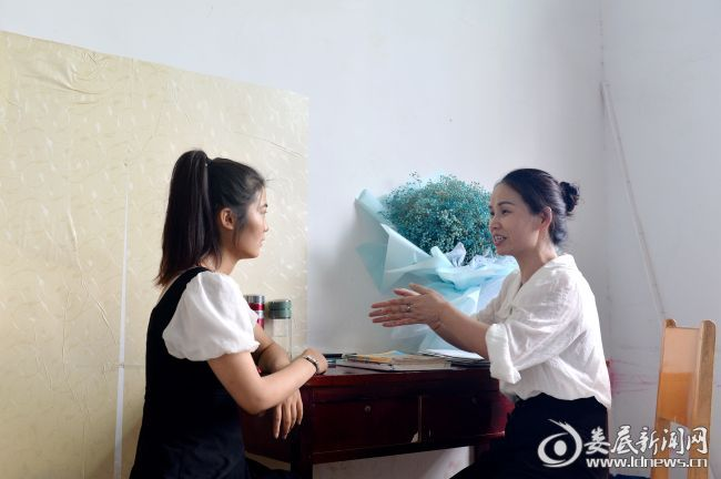 钟老师给年轻的肖老师传授教学经验。