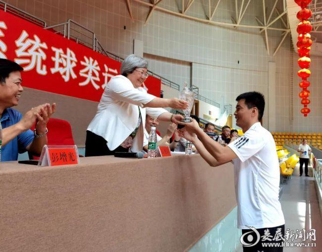 (市人大常委会党组书记、副主任、一级巡视员石艳萍为获得第一名的三支球队颁奖)