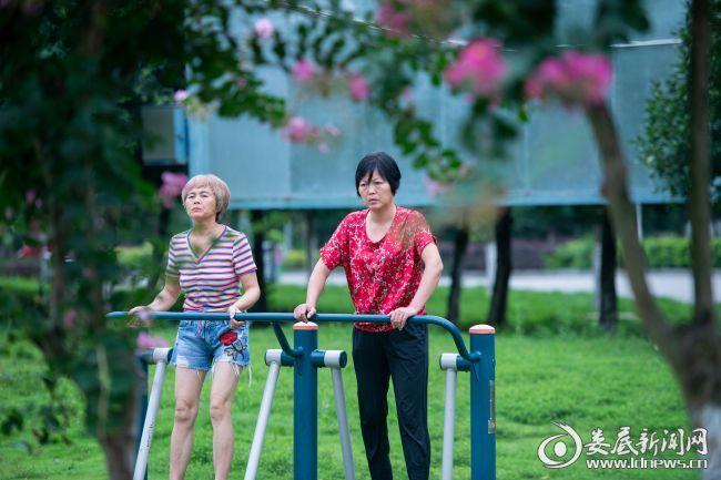 市民在体育公园健身