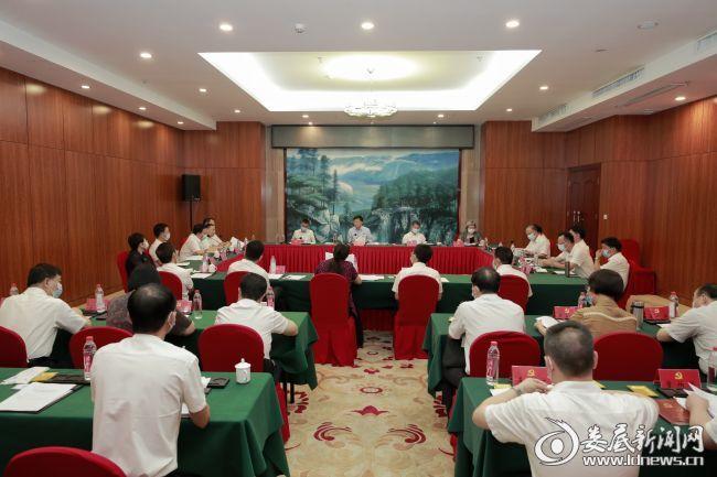 9月26日上午,市委书记、市人大常委会主任刘非主持召开中国共产党娄底市第六次代表大会各代表团召集人会议。