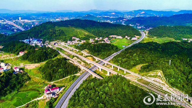 娄新高速与沪昆高铁在娄星区交织