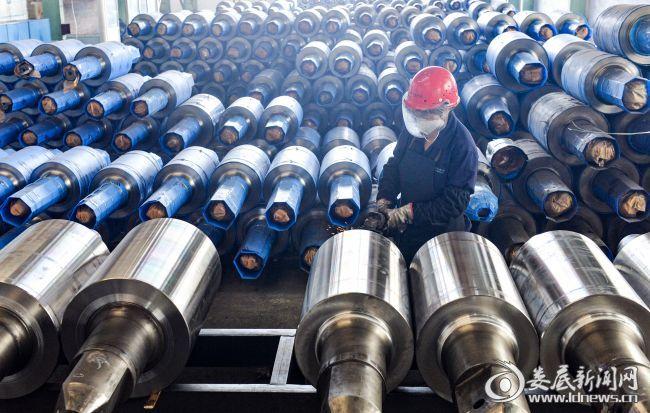 湖南三泰新材料股份有限公司内,员工正在生产赶制订单