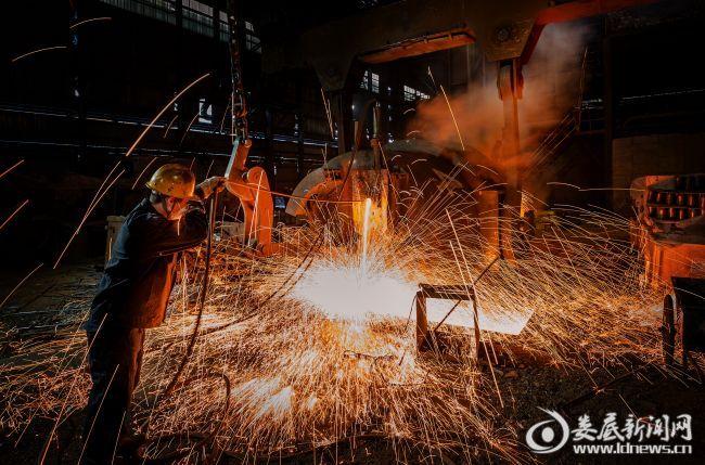 湖南博长控股集团有限公司生产车间内,员工正在劳作