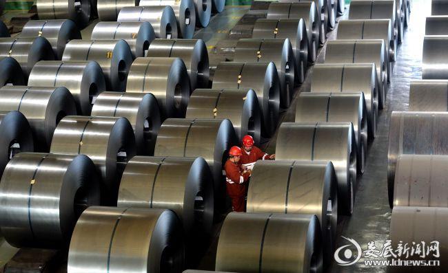 湖南华菱涟源钢铁有限公司冷轧成品库房内,员工在登记钢卷信息