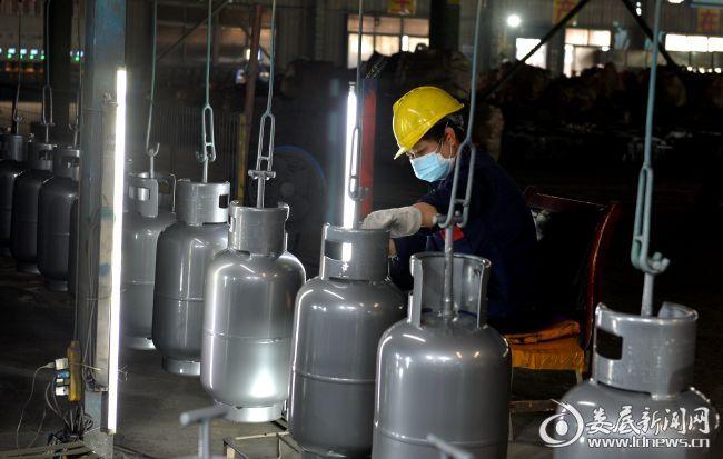 娄星区高溪工业园内,湖南富佳钢瓶制造有限公司的员工正在赶制订单