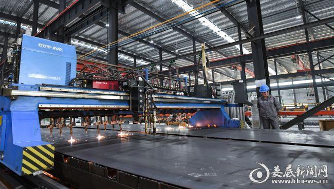 双峰县经开区工业园区内,湖南东华杭萧钢构有限公司车间,员工正在抓紧生产