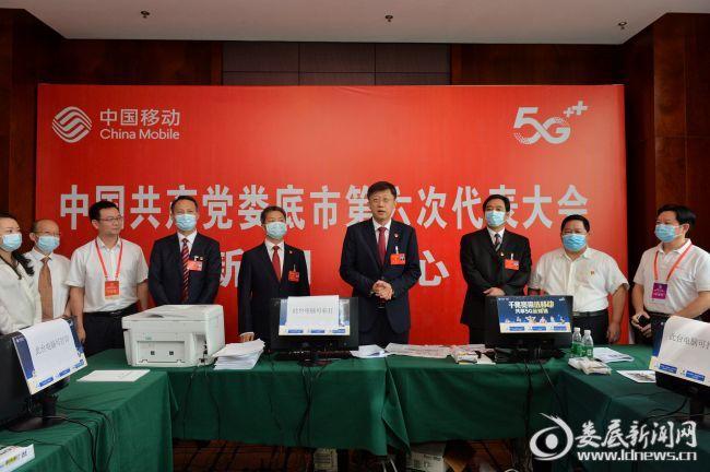 (市第六次代表大会闭幕后,刘非、曾超群等市领导,看望慰问市党代会安保维稳和新闻工作人员。2)